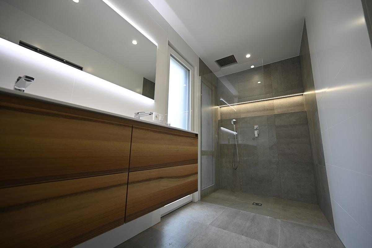 salle de douche moderne - Gris & Bois