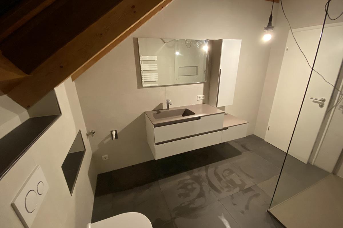 salle de douche moderne - blanche & taupe sous pente