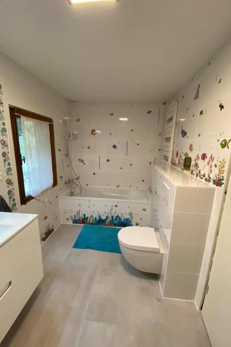 salle de bain standard - blanche & mosaique poissons